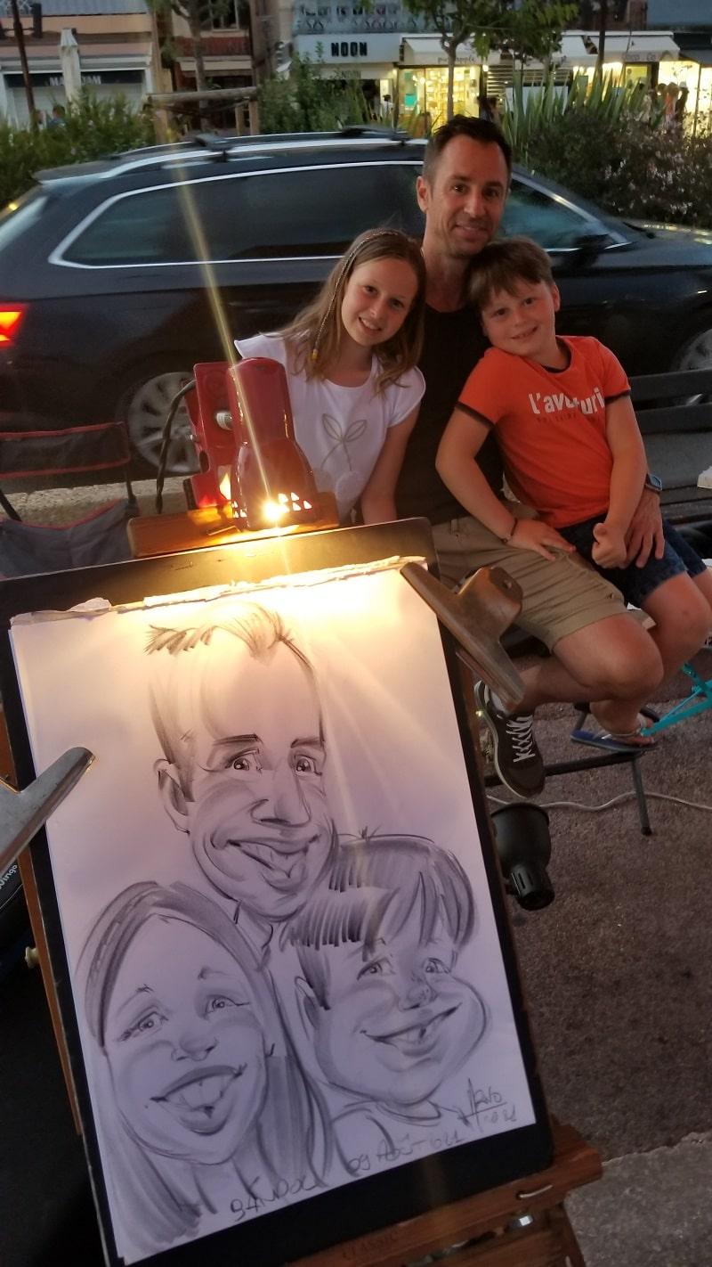 Caricature d'une famille sur un marché nocturne