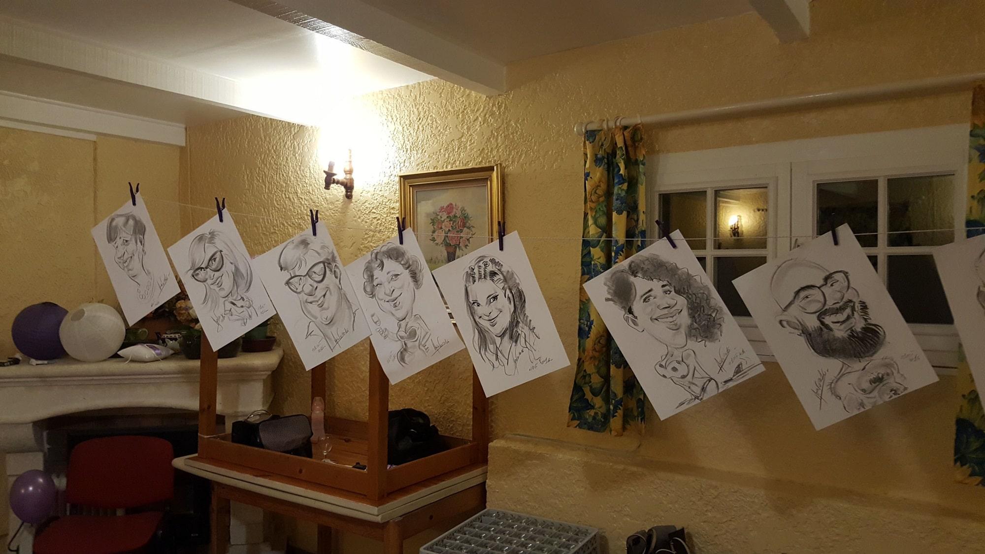 Exposition de caricatures pendant un cocktail